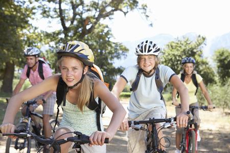 家族の田園地帯をサイクリング