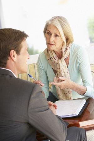 Hogere Vrouw Ontmoeting Met Financieel Adviseur At Home