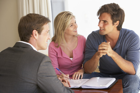 Couple réunion avec le conseiller financier à la maison Banque d'images