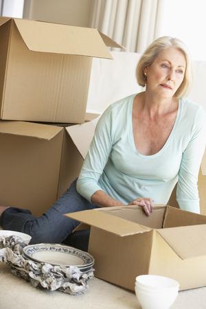 Ältere Frau, die Umzüge und Verpackungs-Kästen