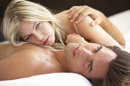 parejas enamoradas: Joven pareja de relajante en la cama
