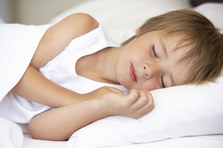 Jonge Jongen in bed slapen