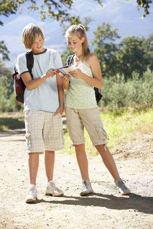 pareja de adolescentes: Pareja adolescente Senderismo a través del campo