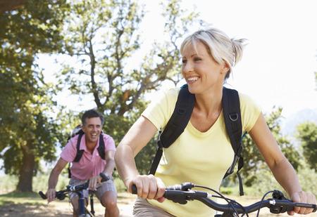 시골을 통해 중간 세 커플 자전거