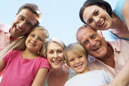 Groupe de la famille élargie tournés vers le bas en caméra