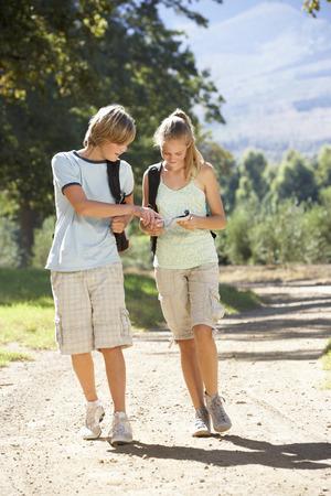pareja adolescente: Pareja adolescente Senderismo a trav�s del campo