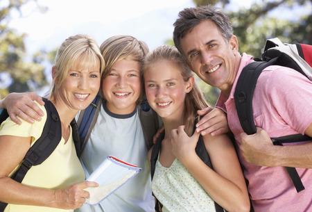 Middle Aged Familie Wandern durch Landschaft