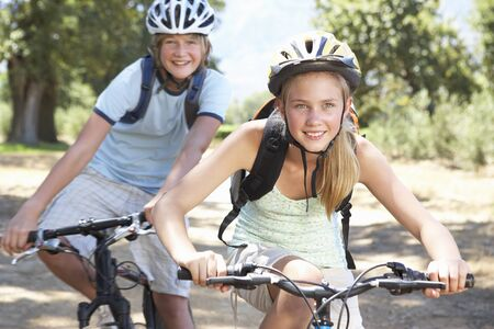pareja de adolescentes: Teenage Ciclismo Pareja A Través Del Campo