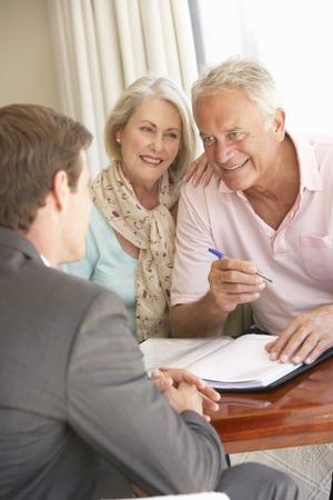 Réunion de Couple senior avec le conseiller financier à la maison