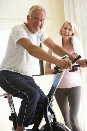 parejas enamoradas: Pareja mayor en bicicleta de ejercicio