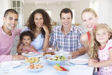 familias unidas: Las familias disfrutan de la comida junto en el país Foto de archivo