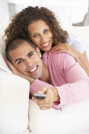 pareja viendo tv: Pareja joven que ve la TV