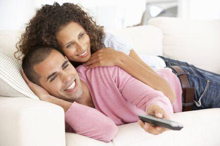 pareja viendo television: Pareja joven que ve la TV