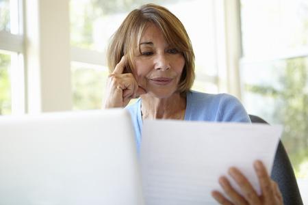 Senior Hispanic Woman Working In Home Office 版權商用圖片