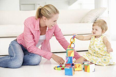 juguete: Madre e hija Pplaying junto en el país