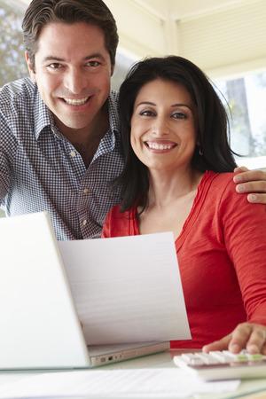 pareja en casa: Pareja hispánica que trabaja en Ministerio del Interior