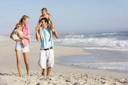 재미 해변을 갖는 가족