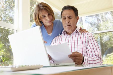 Hoger Spaans Paar dat in Thuiskantoor werkt Stockfoto