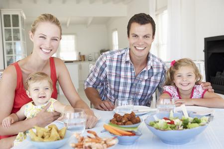 Famille Bénéficiant repas ensemble à la maison Banque d'images - 42401370