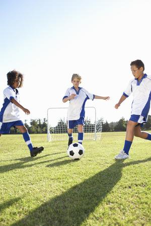 Groep jongens aan het voetballen