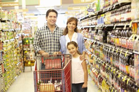 Familie winkelen in de supermarkt Stockfoto