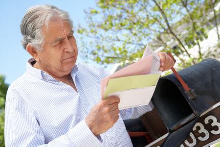 buzon: Preocupado hombre mayor hispano Buzón Comprobación