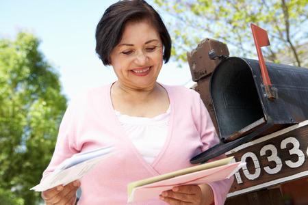 buzon: Mujer hispánica mayor Buzón Comprobación Foto de archivo