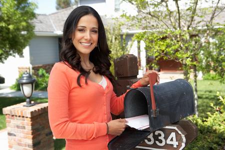 ヒスパニック系女性チェック メールボックス