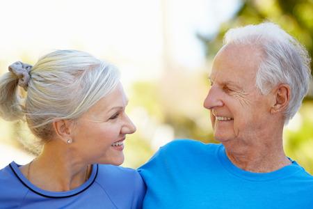 ancianos felices: Hombre mayor y mujer joven al aire libre Foto de archivo