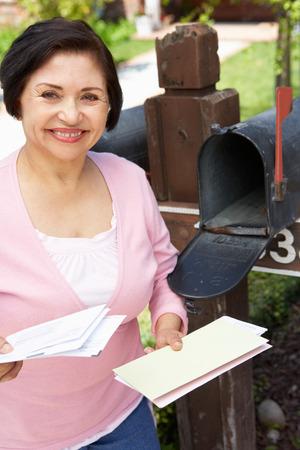 buzon: Mujer hisp�nica mayor Buz�n Comprobaci�n Foto de archivo