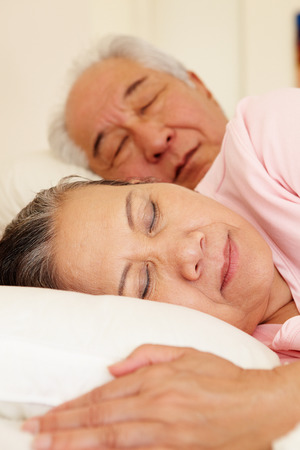 pareja durmiendo: Pares mayores dormir taiwanés Foto de archivo