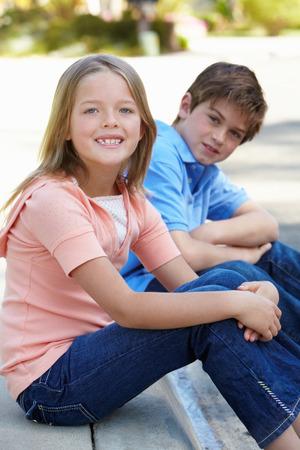 Jong meisje en jongen in openlucht