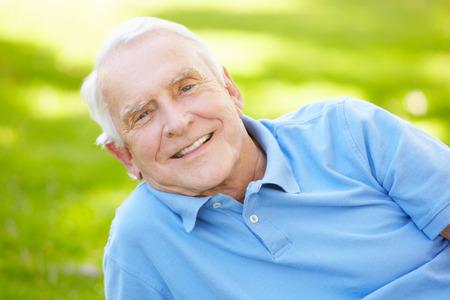 Hombre mayor al aire libre Foto de archivo - 41511995