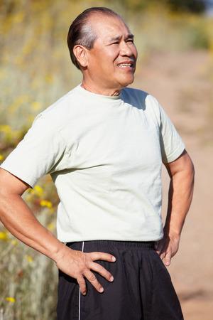 personas de pie: Hombre mayor al aire libre Foto de archivo