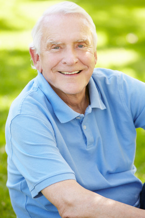 Hombre mayor al aire libre Foto de archivo - 41512050
