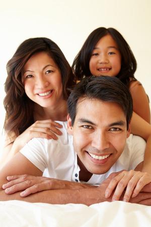 familia abrazo: Familia asi�tica de raza mixta