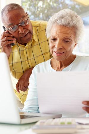 집에서 노트북을 사용하는 걱정 수석 커플 스톡 콘텐츠