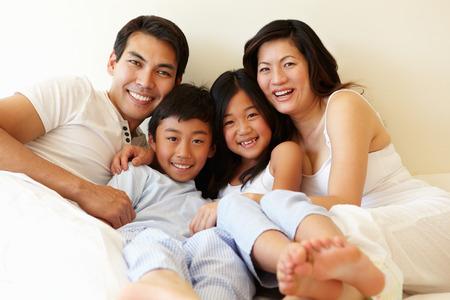 gente feliz: Familia asiática de raza mixta