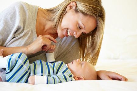 mamma e figlio: Madre che comunica con bambino Archivio Fotografico