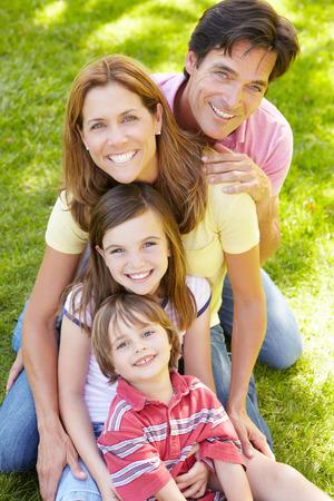 papa y mama: Familia al aire libre Foto de archivo