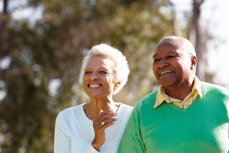 ancianos caminando: Pares mayores que disfrutan caminar juntos