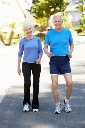 Bejaarde man en jongere vrouw joggen