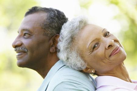 公園のロマンチックなシニアのアフリカ系アメリカ人カップルの肖像画 写真素材