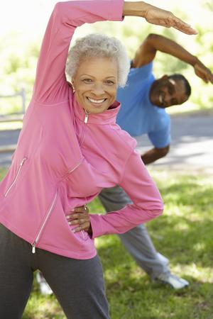 healthy lifestyle: Pares del afroamericano que ejercita en parque