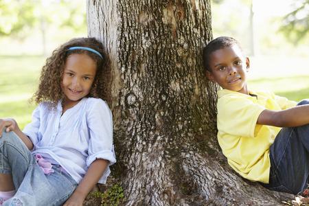 niños felices: Los niños de África estadounidense que juega en el parque