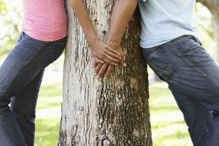公園のロマンチックな若いアフリカ系アメリカ人カップルの肖像画