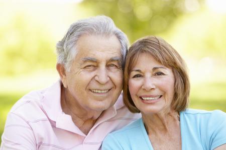 jubilados: Pares hisp�nicos mayores que se relajan en el parque Foto de archivo