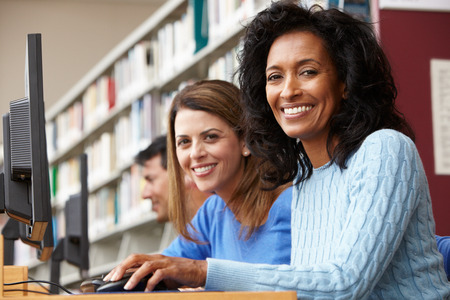 biblioteca: Los estudiantes trabajan en los ordenadores en la biblioteca