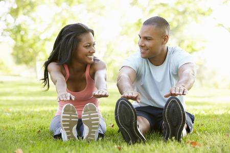 afroamericanas: Pareja joven afroamericano que ejercita en parque
