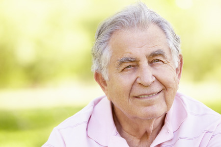 Senior Hispanic Man Relaxing In Park Banque d'images